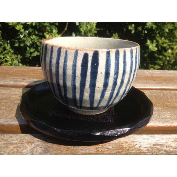 Glaseret tekop med underkop med blå streg