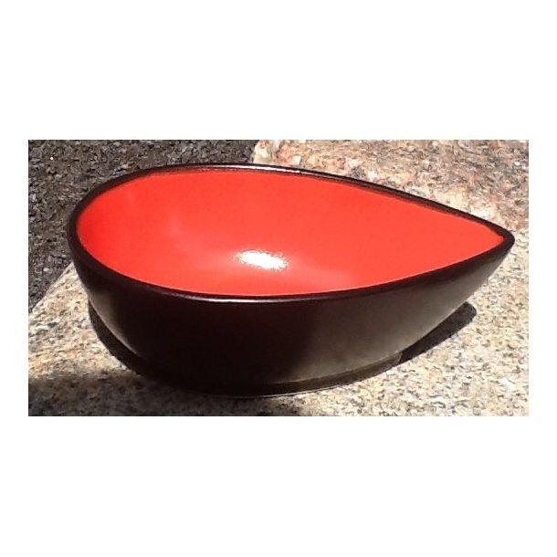 Skål med rød inderside og sort yderside
