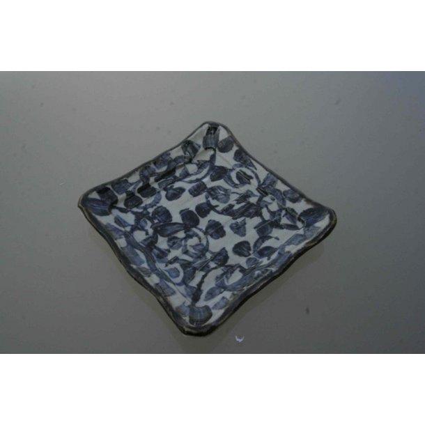 Kvadratisk fad, med stort blåt mønster