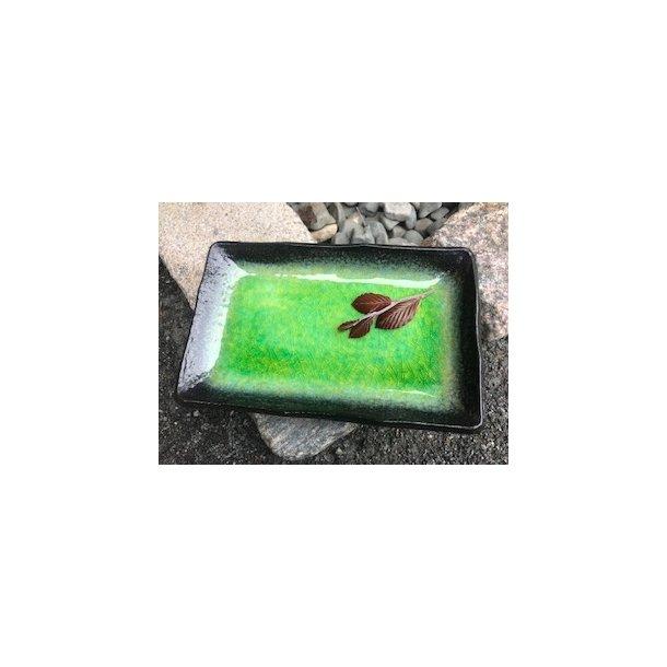 Aflang tallerken i blank grøn glasur.