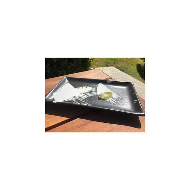 Sort tallerken firkantet med hvide penselstrøj