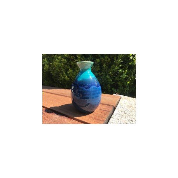 Sakekande i blank glasur blålige farver